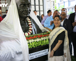 Bộ trưởng Sushma Swaraj khánh thành tượng Mahatma Gandhi ở ĐSQ Ấn Độ tại Hà Nội