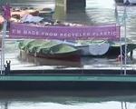 Thuyền nhựa tái chế giúp thu gom rác