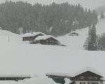 Tuyết rơi dày bất thường khiến du khách bị mắc kẹt tại Thụy Sĩ