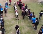 Cả làng tập thể thao chuẩn bị cho hội xuân