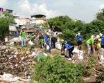 Khoảng 2.000 tình nguyện viên dọn rác tại sông Hồng và chân cầu Long Biên