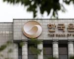 Lần thứ hai trong năm, Hàn Quốc bất ngờ hạ lãi suất