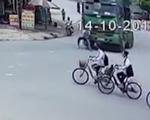 Đi vào đúng điểm mù của xe tải, học sinh đi xe đạp bị cuốn vào gầm xe