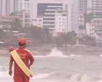 Nha Trang cấm du khách tắm biển do bão