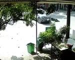 Xe máy phóng nhanh, lao thẳng vào ô tô đang quay đầu