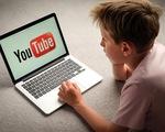 Hệ lụy tiềm ẩn khi cha mẹ buông lỏng quản lý việc con xem Youtube - ảnh 1