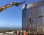 Tường biên giới Mỹ - Mexico bị bọn buôn người cưa thủng