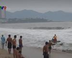 Bất chấp bão số 6 gây sóng to nguy hiểm, nhiều người vẫn tắm biển