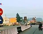 Vượt đèn đỏ, xe tải bị xe container khác đâm ngang