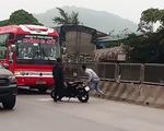 Tạm giữ 2 thanh niên đập phá xe khách ở Thanh Hóa