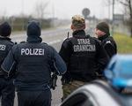 Giải cứu 11 người nhập cư có biểu hiện khó thở trong xe đông lạnh