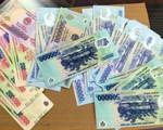 Cảnh giác thủ đoạn lừa mua hàng bằng tiền giả để lấy tiền trả lại