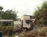 Xe tải chở hàng chục tấn sắt lao thẳng vào nhà dân