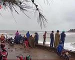 Hà Tĩnh: Sóng lớn đánh 2 cha con rơi xuống biển mất tích