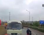 Đoàn xe đi ngược chiều bị container ép phải lùi