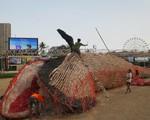 Philippines: Mô hình cá voi chết khổng lồ kêu gọi chống rác thải nhựa