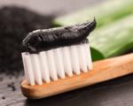Đánh răng bằng than hoạt tính không giúp trắng răng