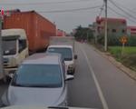 Container 'dằn mặt' hàng loạt xe con và xe tải chạy ngược chiều