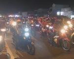 Xe máy ken đặc Quốc lộ 60 chen nhau qua cầu Rạch Miễu