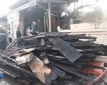 Cháy cơ sở kinh doanh gỗ lúc rạng sáng