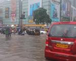 Mưa lớn gây ngập lụt tại Mumbai, cuộc sống người dân đảo lộn