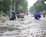 Nhiều tuyến phố tại Hà Nội biến thành 'sông' sau cơn mưa lớn