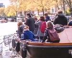 Tour du lịch câu rác thải nhựa hút khách tại Hà Lan