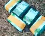 Đối tượng vứt lại túi nilon chứa 5kg ma túy đá, bỏ chạy vào rừng