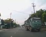 Sang đường không bật xi nhan, xe tải suýt gây tai nạn
