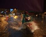 Mưa lớn chiều tối 31/8, nhiều tuyến phố ở Hà Nội ngập úng