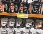 """Du khách Anh """"choáng váng"""" khi thấy đồ lưu niệm có hình Hitler"""