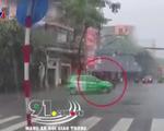 Vượt đèn đỏ, xe máy đâm thẳng vào ô tô ở TP.HCM - ảnh 1
