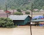 Thủ tướng Nguyễn Xuân Phúc chia sẻ khó khăn với đồng bào vùng mưa lũ