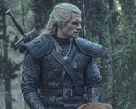 Quá yêu thích nhân vật Geralt, Henry Cavill mang hẳn trang phục 'The Witcher' về nhà…ngắm