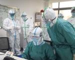 Đội chai nhựa, trùm bao nylon kín người vì sợ lây nhiễm virus Corona - ảnh 4