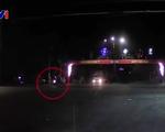 Vượt đèn đỏ, xe ô tô đâm thẳng vào xe máy - ảnh 1