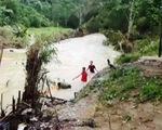 Vượt sông 'cõng' lương thực hỗ trợ người dân vùng lũ