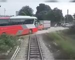 Clip: Khoảnh khắc tàu hỏa đâm xe ô tô chở học sinh