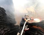 Cháy lớn tại cơ sở làm ván ép, gần 1.000m2 nhà xưởng đổ sập