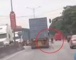 Tránh người sang đường ẩu, xe container lao thẳng vào xe con
