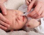 Những lưu ý khi sử dụng nước muối sinh lý chăm sóc trẻ sơ sinh