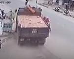 Bất ngờ sang đường, xe máy suýt bị container đâm trúng - ảnh 1