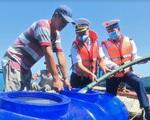 Vùng 5 Hải quân cấp nước ngọt cho người dân đảo Hòn Chuối