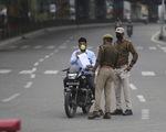 Ấn Độ: Cảnh sát dùng gậy đánh vào chân phạt người không cách ly