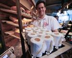 Bánh kem hình cuộn giấy vệ sinh hút khách