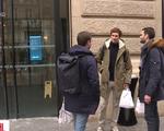 Pháp yêu cầu người dân không bắt tay, hôn má để phòng COVID-19