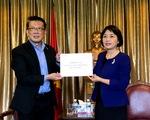 Đại sứ quán Việt Nam tại Singapore tiếp nhận 10 máy thở phục vụ phòng, chống dịch bệnh COVID-19
