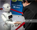 Pepper - Robot nhắc nhở khoảng cách an toàn tại siêu thị
