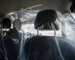Tài xế taxi tại Mexico lắp màn nhựa trong ô tô để ngừa COVID-19