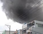 TP.HCM: Xưởng đóng giày cháy lớn, bốc khói nghi ngút